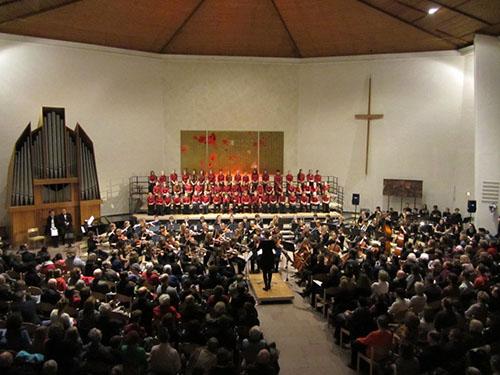 Jugendorchester,  H?ndel Kinderchor und Shikamini beim gemeinsamen Weihnachtskonzert in der Emmaus Kirche